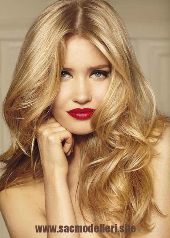 Sarı Uzun Dalgalı Saç Modeli